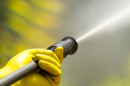Gros tête noire du filtre à eau à haute pression comme Waterbeam émerge.