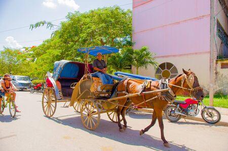 CIEGO DE AVILA, CUBA - SEPTEMBER 5, 2015: Lokaal vervoersproduct van het embargo en het gebrek aan auto's in de stad in van Ciego de Avila. Gelegen in het centrale deel van Cuba Stockfoto - 47132855