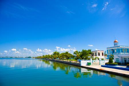 CIENFUEGOS, CUBA - 12 september 2015: Cienfuegos tennis en yatch clubgebouw en de jachthaven onder helder daglicht zon Redactioneel
