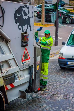 recolector de basura: PARIS, FRANCIA - 01 de junio 2015: colector de basura de pie en camión de basura limpieza de las calles de París