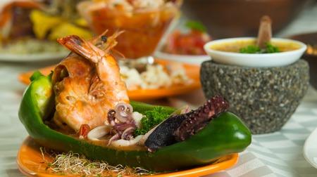Exotische en heerlijke zeevruchten schotel met garnalen, inktvis en octopus. Close-up shot, selectieve aandacht