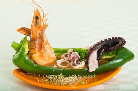 Exotische en elegante zeevruchten schotel met garnalen, inktvis en octopus. Close-up shot Stockfoto