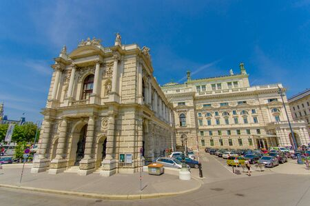 baranda para balcon: Vienna, Austria - 11 August, 2015: Burgtheater building as seen from street, amazing architecture details, statues decor and incredibly beautiful facade.