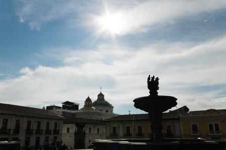 palomas volando: Fuente de piedra en medio de la plaza de San Francisco, tranquilo y relajante lugar para encontrar la paz, palomas volando alrededor con el sol brillante y bonito