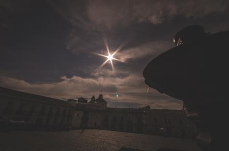 lucero: fuente de piedra de iluminación estrella brillante en la plaza de San Francisco, lugar para encontrar la paz. cielo azul en el filtro sepia
