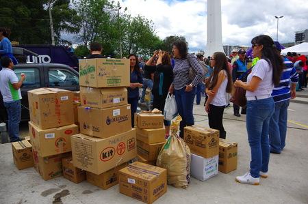 Quito, Ecuador - April 17, 2016: De niet geïdentificeerde burgers van Quito het verstrekken van ramp noodhulp voedsel, kleding, medicijnen en water voor de overlevenden van de aardbeving in de kust. Stockfoto - 55274875