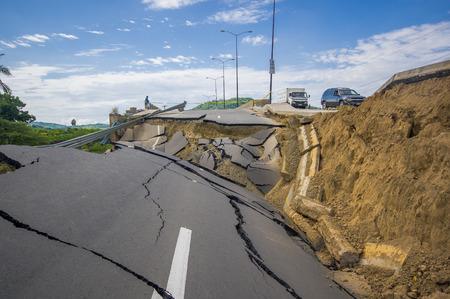 7.8 の地震後ポルトビエホ、エクアドル - 2016 年 4 月 18 日: ひびの入った道。 報道画像