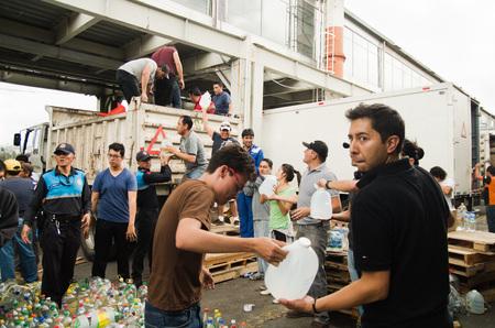 Quito, Ecuador - 23 Aprile, 2016: i cittadini non identificati di Quito fornendo cibo disastro sollievo, vestiti, medicine e acqua per i sopravvissuti del terremoto nella costa. Riuniti a Bicentenario Park.