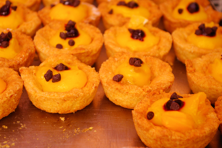 choco chips: Little fancy and delicious cakes filled up with pastry cream and choco chips, hamper