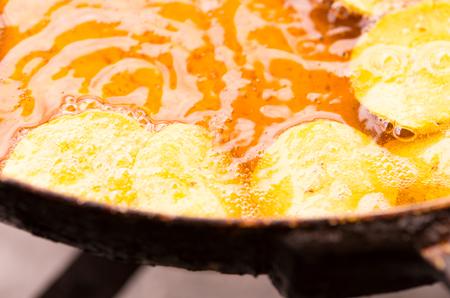 platanos fritos: el enfoque selectivo en deliciosos pl�tanos amarillos fritos, bubblles sali� en el aceite