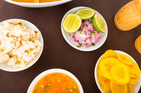 platanos fritos: alimentos para el ceviche lado, el estilo ecuatoriana para comer. bananas fritas, palomitas de ma�z, cebolla y lim�n, Foto de archivo