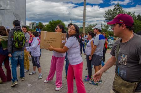 Quito, Ecuador - Aprile, 17, 2016: i cittadini non identificati di Quito fornendo cibo disastro sollievo, vestiti, medicine e acqua per i sopravvissuti del terremoto nella costa.