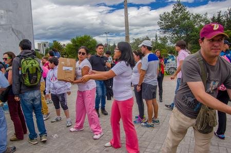 키토, 에콰도르 - 2014 년 4 월 17 일 : 키토의 미확인 시민들이 해안의 지진 생존자들을 위해 재난 구조 식품, 의류, 의약품 및 물을 제공합니다.