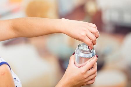 lata de refresco: muy morena y un refresco en blanco en un restaurante