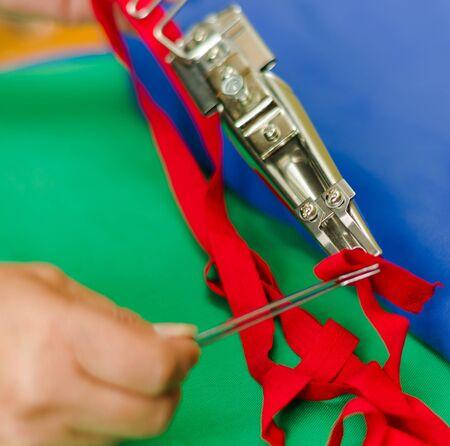 niples: Cierre de nipplers y equipos especiales para hacer cierres para la ropa, una gran habilidad Foto de archivo