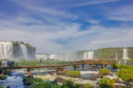 IGUAZU, BRAZILIË - MEI 14, 2016: mooie kleine brindge over de rivier waar alle toeristen de val van de val nemen. Redactioneel