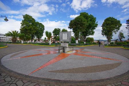 puntos cardinales: Tulc�n ECUADOR - 3 DE JULIO, 2016: puntos cardinales monumento en el medio del parque con algunos �rboles como fondo. Editorial