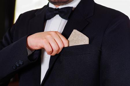 vistiendose: área del pecho del hombre del primer uso de traje formal y corbata, colocando pequeña botella de licor en el bolsillo de la chaqueta, los hombres conseguir concepto vestido.