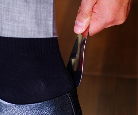 vistiendose: zapatos negros formales del hombre Primer plano, utilizando calzador para ponerlos en, hombres que reciben concepto vestido.