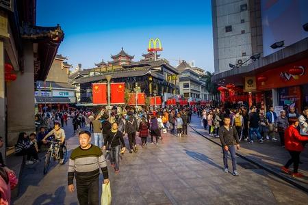 深セン, 中国 - 2017 年 1 月 29 日: ラオス Gie 市場地区、伝統的な中国と現代的な建築、ぶらぶらの人々、素晴らしい青空の美しいミックス 報道画像