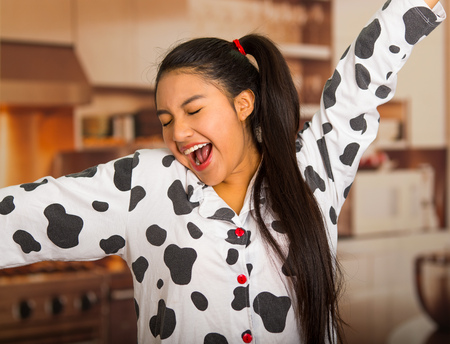 pijama: Young brunette woman posing in pyjamas, interacting with camera by stretching and yawning