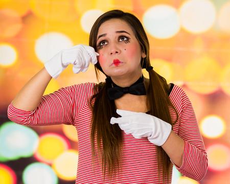 pantomima: Closeup retrato de payaso femenino mime expresando tristeza