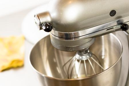 haciendo pan: Un primer plano de pan mezclador en panadería, mezcla de masa para baguettes en una máquina de panadería para mezclar la masa Foto de archivo