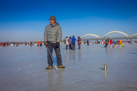 Harbin, Cina - 9 febbraio 2017: Filatura su ghiaccio sul fiume congelato Songhua durante l'orario invernale.