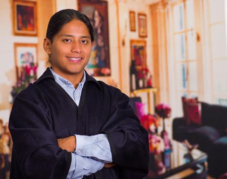 エクアドルの高地から伝統的な服を着ている若い先住民男性の肖像画間近します。