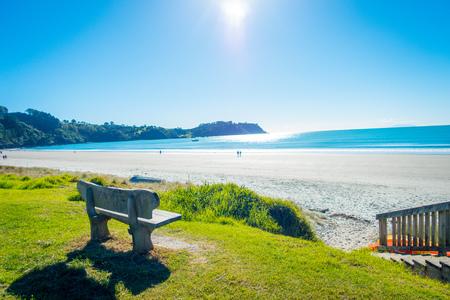 Bela vista do topo em uma ilha de Waiheke, Nova Zelândia, com um lindo céu azul e uma areia branca em um dia ensolarado