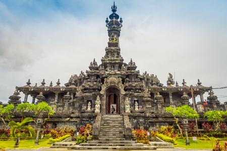 BALI, INDONESIË - MAART 08, 2017: Het panoramische monument van Bali van de landschaps traditionele Balinese Hindoese Bajra Sandhi in Denpasar, Bali, Indonesië op achtergrond tropische aard en blauwe de zomerhemel, Indonesië Stockfoto