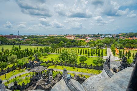 BALI, INDONESIA - 8 MARZO 2017: Monumento indù tradizionale balinese di Bajra Sandhi del tempio panoramico di paesaggio in Denpasar, Bali, Indonesia sulla natura tropicale del fondo e sul cielo blu di estate, Indonesia