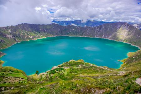 Prachtig uitzicht op het meer van de Quilotoa-caldera. Quilotoa is de westelijke vulkaan in het Andes-gebergte en ligt in het Andes-gebied van Ecuador