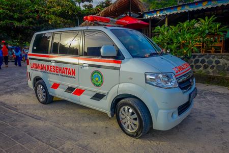 BALI, INDONESIË - MAART 11, 2017: Een ambulace parket op de weg, in het strand van Pantai-pandawa, in het eiland van Bali, Indonesië