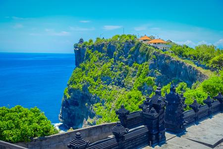 Schöner sonniger Tag für Touristen, um den erstaunlichen Uluwatu Tempel in Bali, Indonesien zu besuchen Standard-Bild - 82856533