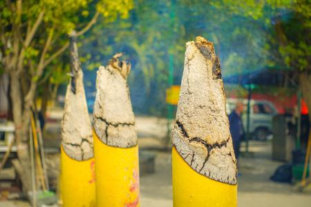Ein gebrannter Stock im Weihrauchgefäß in Po Lin Monastery, Lantau-Insel in Hong Kong.