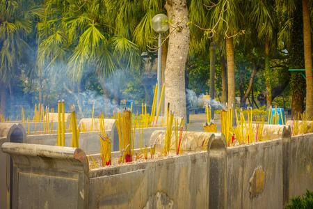 Buddhistische Gebetsstöcke, die im Räuchergefäß im Kloster Po Lin, Lantau-Insel in Hong Kong brennen. Standard-Bild