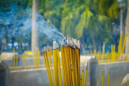 Schließen Sie oben von den buddhistischen Gebetsstöcken, die im Weihrauchfass in PO Lin-Kloster, Lantau-Insel in Hong Kong brennen.