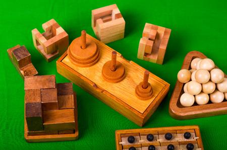 各種木製脳お誘いや緑の背景に木製のパズル。 写真素材