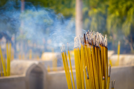 Nahaufnahme der buddhistischen Gebetsstäbchen brennt im Räuchergefäß in Po Lin Kloster, Lantau Island in Hong Kong Standard-Bild