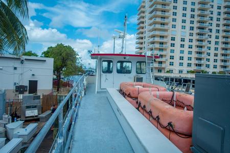 obey: FORT LAUDERDALE, EE.UU. - 11 de julio de 2017: Vista del gran barco estacionado en el agua en el muelle en el Fort Lauderdale, Florida