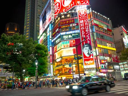 TOKIO, JAPÓN 28 DE JUNIO - 2017: Gente no identificada que camina en el distrito famoso de Kabukicho, alrededor de los edificios y de los anuncios grandes, en la noche, situada en Tokio