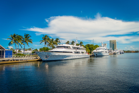 obey: FORT LAUDERDALE, Estados Unidos - 11 de julio de 2017: barcos grandes estacionados en el agua en el muelle en el Salón Internacional del Barco de Fort Lauderdale.
