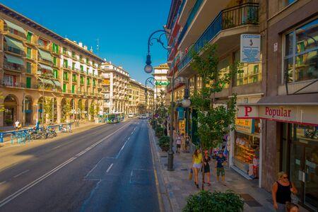 パルマ ・ デ ・ マリョルカ、スペイン - 2017 年 8 月 18 日: 不明の人が歴史的のスペイン、パルマ ・ デ ・ マヨルカの中心部の通りを歩いて 報道画像