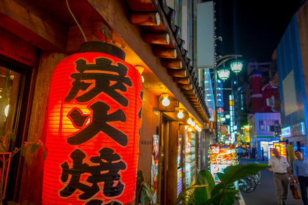 TOKYO, JAPON 28 JUIN - 2017: Lanterne rouge avec lettres de Japanesse la nuit dans des bars traditionnels situés à Shinjuku Golden Gai. Golden Gai se compose de 6 petites ruelles avec 200 bars minuscules et une atmosphère du 20ème siècle, situé à Tokyo Banque d'images - 85152747