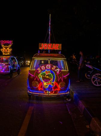 JOGJA, INDONESIË - AUGUSTUS 12, 2O17: Een traditionele parket van het pediciketransport bij openlucht met kleurrijke en verstralers bij nacht in jogja Yogyakarta Indonesië