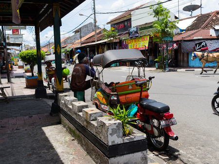 JOGJA, INDONESIË - AUGUSTUS 12, 2O17: Een traditionele pedicapentransportparket bij openlucht in jogja Yogyakarta Indonesië
