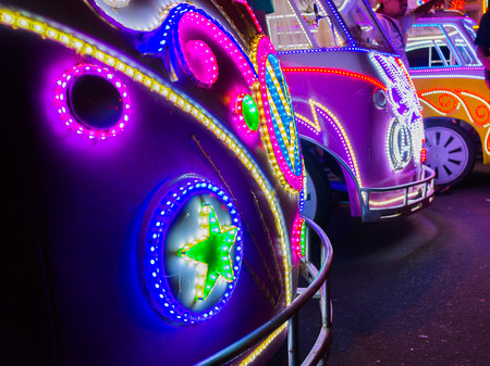 JOGJA, INDONESIË - AUGUSTUS 12, 2O17: Close-up van een traditionele pedicapentransport parket bij openlucht met kleurrijk en verstralers bij nacht in jogja Yogyakarta Indonesië