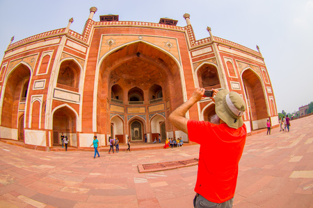 DELHI, INDIA - SEPTEMBER 19, 2017: Unidentief man taking pictures to the Humayun s Tomb, Delhi, India. Redakční