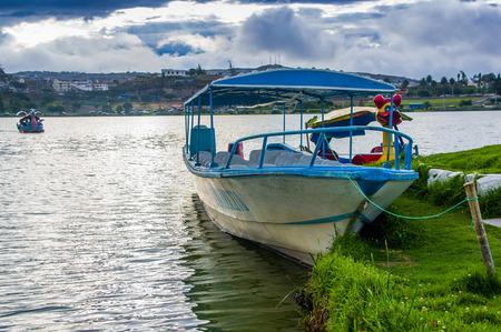 IMBABURA, ECUADOR 03 SEPTEMBER, 2017: Openluchtmening van een boot parket in de Yahuarcocha-meergrens, met andere eendboot geparkeerd, in een bewolkte dag.